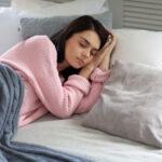 【足の影響だけが顔の歪みじゃない!寝てる時も気をつける?!】